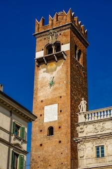 Blick auf torre del gardello (gardello-turm) aus dem 12. jahrhundert in verona, italien