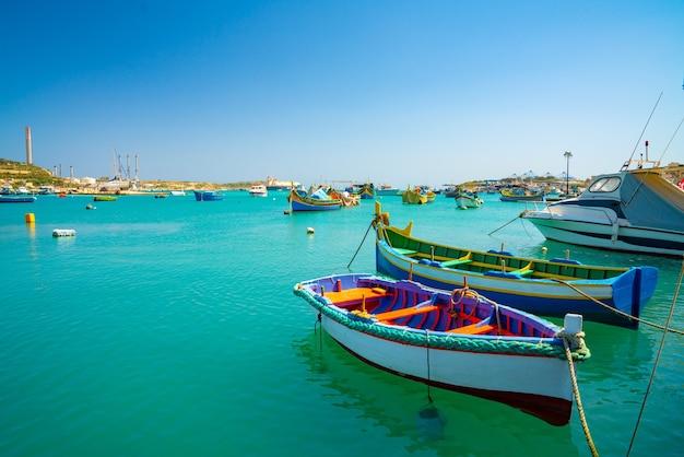 Blick auf traditionelle fischerboote luzzu im hafen von marsaxlokk in malta