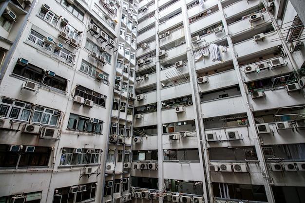 Blick auf überfüllte wohntürme in einer alten gemeinde in hong kong
