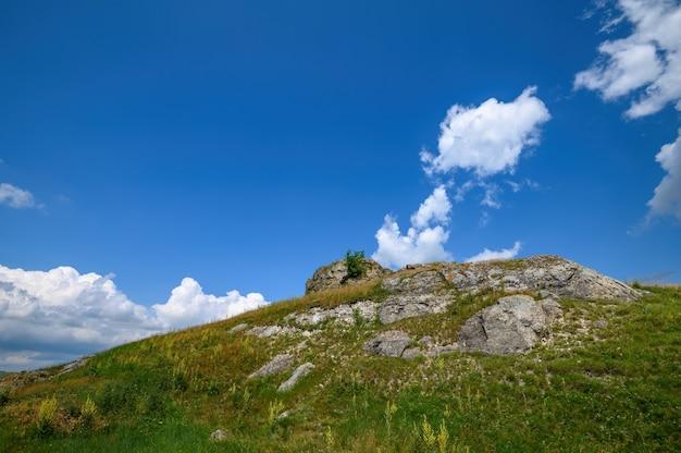 Blick auf überreste von kalksteinfelsen im norden von moldawien