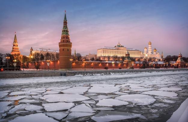 Blick auf vodovzvodnaya und andere türme des moskauer kremls und eisschollen