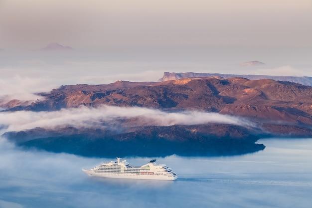 Blick auf vulkan, insel santorin, griechenland