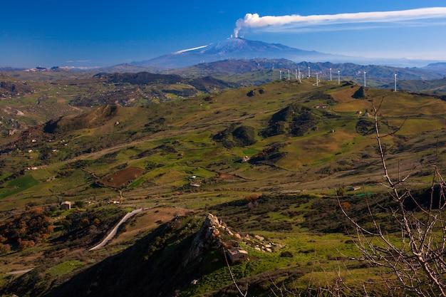 Blick auf windmühlen und den ätna-vulkan