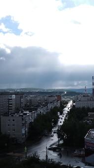 Blick aus dem fenster in den dramatischen himmel.