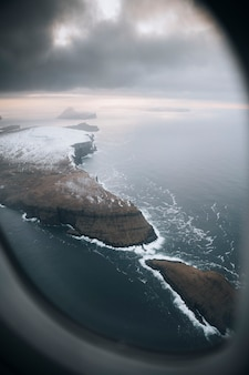 Blick aus dem flugzeug auf die färöer-inseln