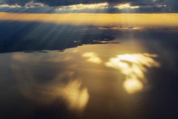 Blick aus dem flugzeug, himmel mit strahlen aus der wolke,