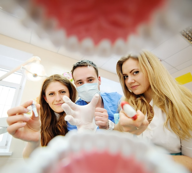 Blick aus dem mund eines zahnarztes. studenten zahnärzte üben in der zahnheilkunde