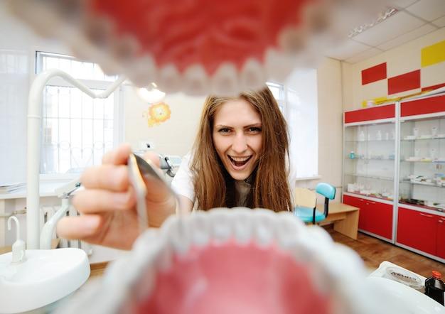 Blick aus dem mund eines zahnarztes