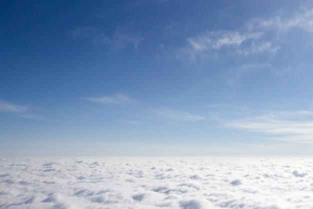 Blick aus einem flugzeug auf eine geschlossene wolkendecke, ein drittel der wolken