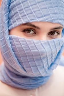 Blick der jungen islamischen hübschen frau mit den braunen augen, die sie betrachten