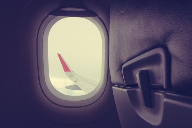 Blick durch das flugzeugfenster. (gefiltertes bild verarbeitet vintage ef