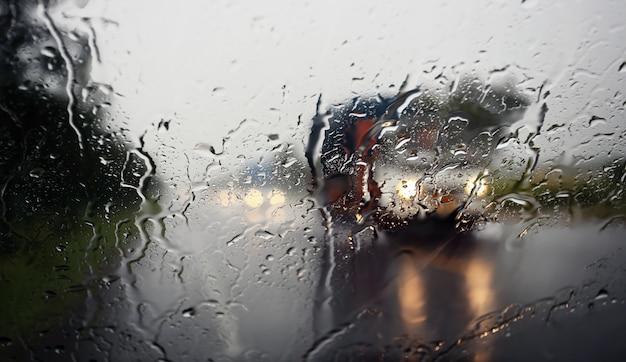 Blick durch die windschutzscheibe eines starken regentages, geringe tiefenschärfe.