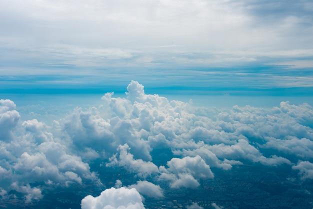 Blick durchs flugzeugfenster