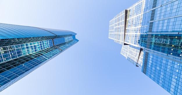 Blick nach unten auf wolkenkratzer in moskau-stadt (moscow international business center), russland. moderne architektur.