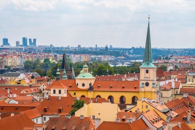 Blick über das historische zentrum von prag mit stadtpanorama der burg prag, roten dächern von prag, tschechische republik.