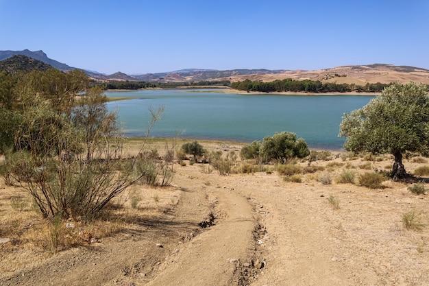 Blick über das wasser von einem alten spanischen dorf, schöne landschaft spanien