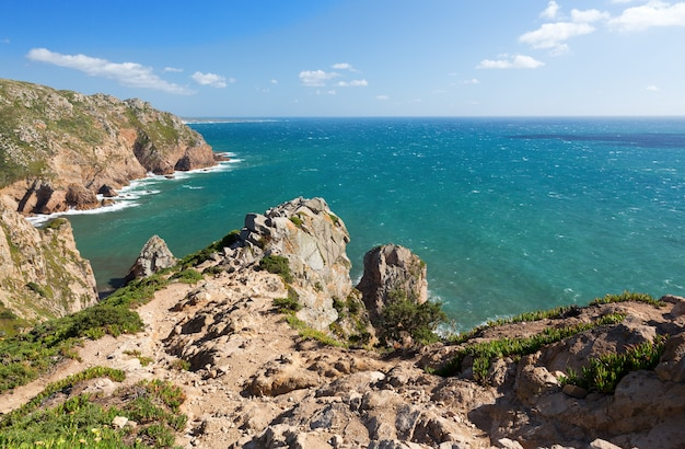 Blick über die atlantikküste, cabo da roka, portugal. sommertag