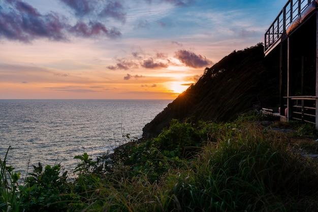 Blick über die klippen und das meer vom obersten hügel am abend mit wunderschönem sonnenuntergangshimmel, himmelsblick, sonnenschein-aussichtspunkt in phasuk nirun, ko proet, in chanthaburi, thailand