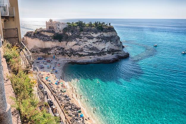 Blick über isola bella beach, ikonischer badeort in tropea, einem badeort am golf von saint euphemia, teil des tyrrhenischen meeres, kalabrien, italien