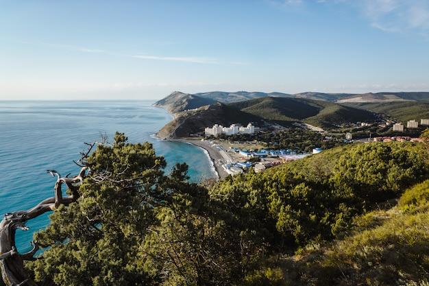 Blick vom berg auf das dorf sukko und den beginn des kaukasus
