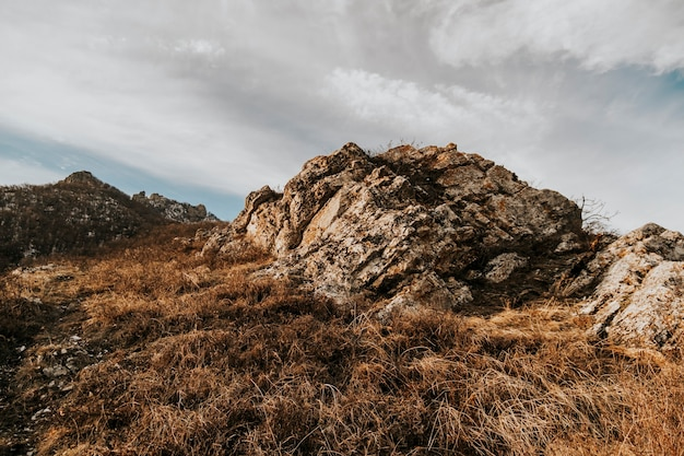 Blick vom berg beshtau bei sonnenuntergang. foto von felsen.