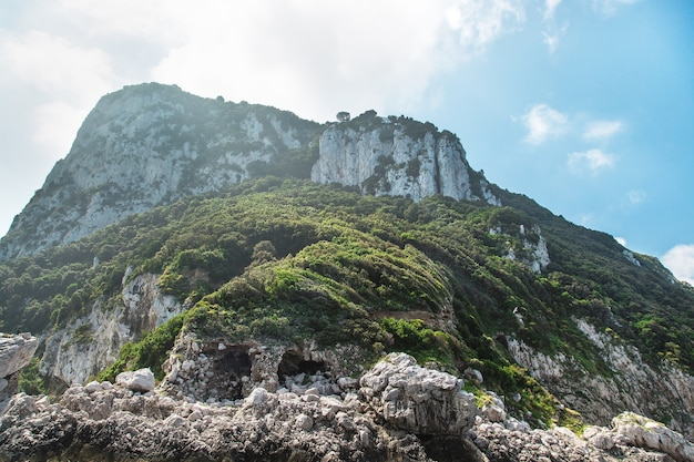 Blick vom boot auf die inselküste von capri italien