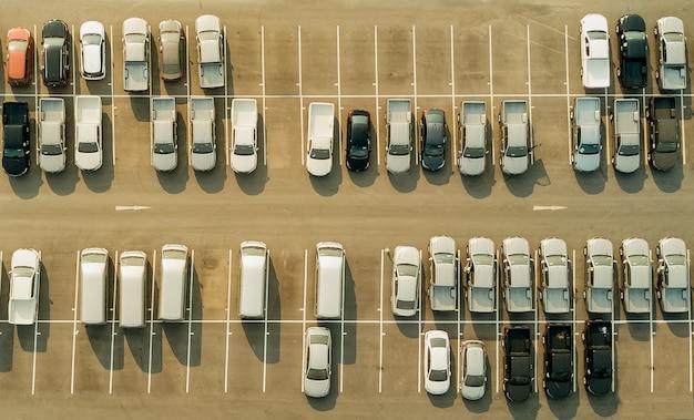 Blick vom brummen über leere parkplätze, luftbild