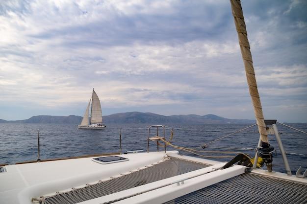 Blick vom bug der katamaran-yacht-kreuzfahrt durch meer griechenland europa