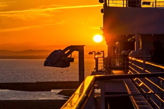 Blick vom deck des kreuzfahrtschiffes, sonnenuntergang