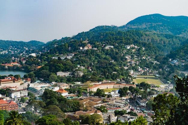 Blick vom gipfel des berges über kandy