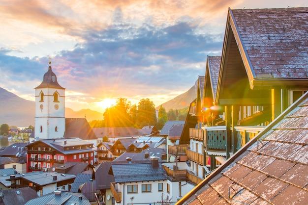 Blick vom hotel am st. wolfgang see in der schönen sonnenuntergangsommerzeit