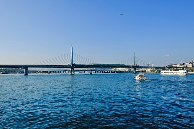 Blick vom meer auf den bosporus und die halic metro bridge, istanbul