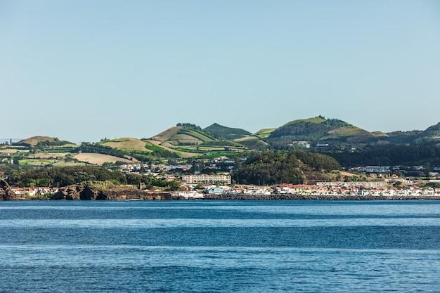 Blick vom meer auf die insel sao miguel in der portugiesischen autonomen region der azoren.