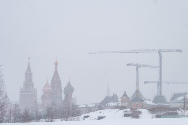 Blick vom park zaryadye auf den schneebedeckten kreml.