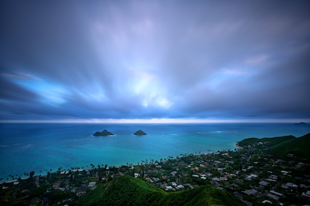 Blick vom pillbox trail auf lanikai beach und mokulua islands, kailua, oahu, hawaii, usa