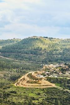 Blick vom sataf park auf eine siedlung in den vororten jerusalems.
