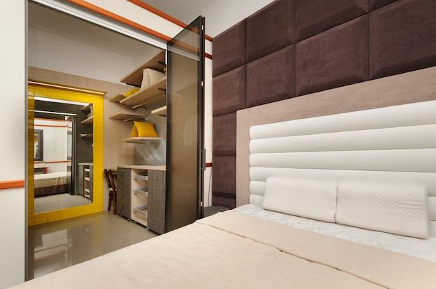 Blick vom schlafzimmer zum kleiderschrank