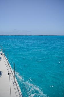 Blick vom segelboot auf das meer von cancun, hebel, kontrolle.