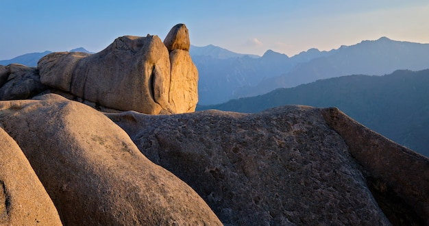 Blick vom ulsanbawi rock peak auf sonnenuntergang. seoraksan nationalpark, südkorea