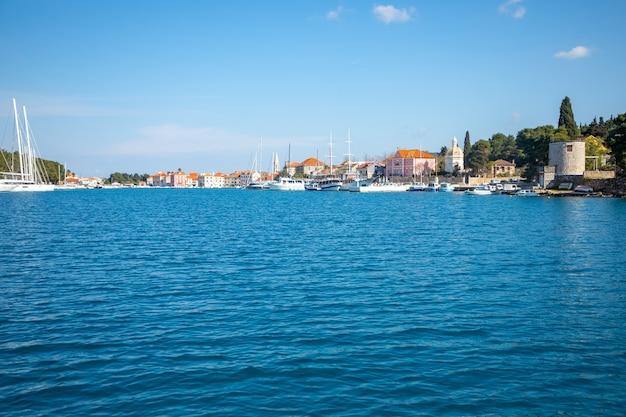 Blick vom wasser auf das stadtbild von stari grad in kroatien