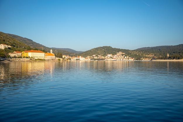 Blick vom wasser auf die mediterrane stadt vis ohne touristen. yachtind reiseziel, insel vis in kroatien