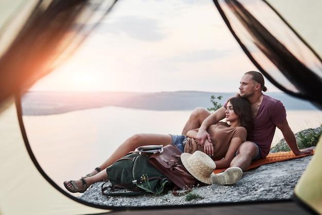 Blick vom zelt des paares mit blick auf den see während der wanderung. avel lifestyle konzept abenteuerurlaub im freien