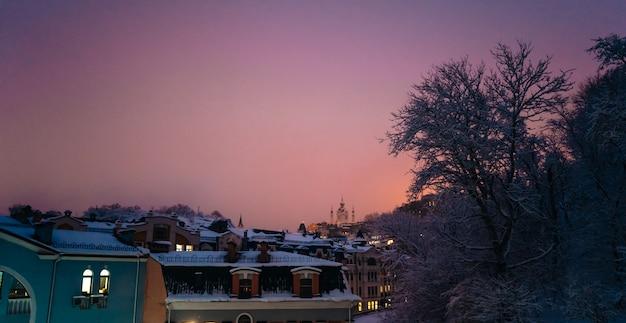 Blick von auf die stadt an den neujahrsferien im winter bei sonnenuntergang
