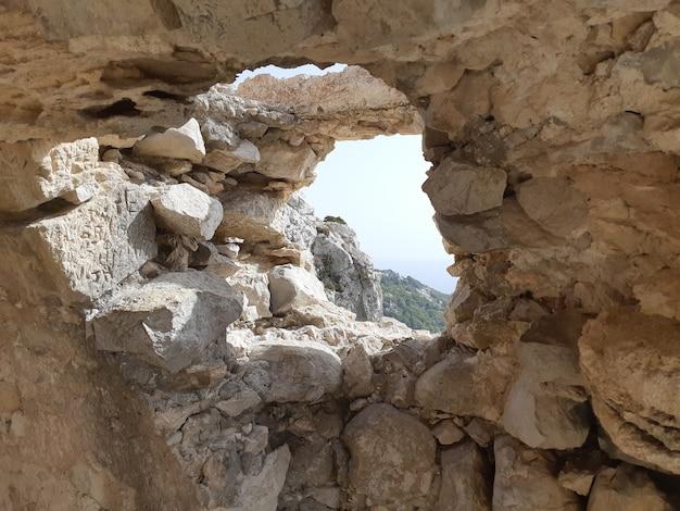 Blick von den ruinen einer kirche in monolithos schloss