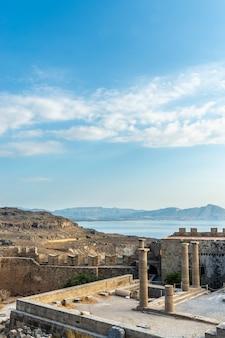 Blick von der akropolis von lindos durch alte säulen