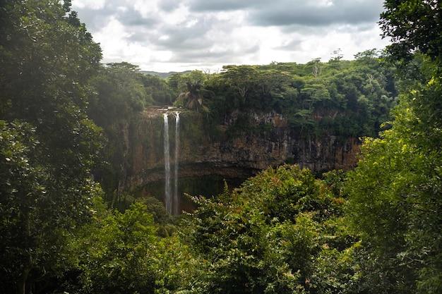 Blick von der aussichtsplattform des wasserfalls im naturpark chamarel auf mauritius.