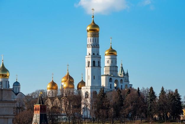Blick von der brücke auf die glocke iwan des großen im moskauer kreml.