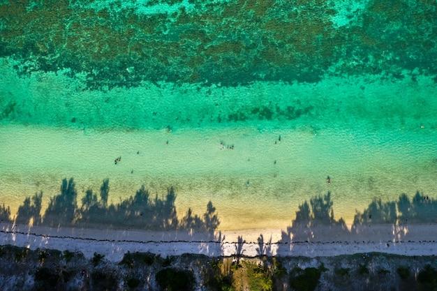 Blick von der höhe der ostküste der insel mauritius. flug über die türkisfarbene lagune der insel mauritius im bereich von bel mare.