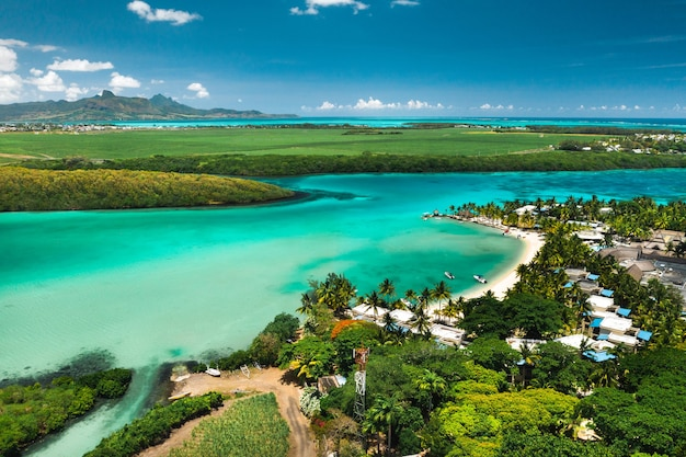 Blick von der höhe der ostküste der insel mauritius im indischen ozean. schöne lagune der insel mauritius,