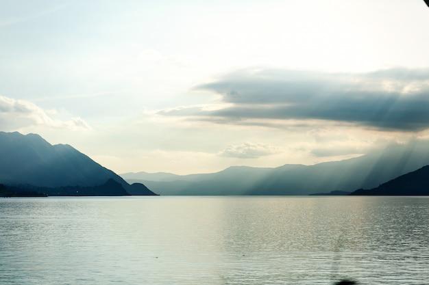 Blick von der küste auf blaue berge, die das meer berühren